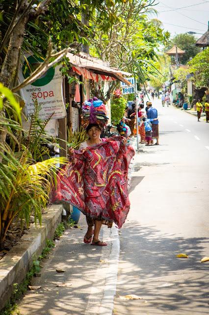 Cerimonia cremazione nella Monkey Forest, Ubud-Bali-sarong