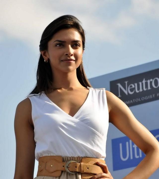 Download Song Lock Up By Karan: Deepika Padukone At Neutrogena Largest Umbrella Mosaice