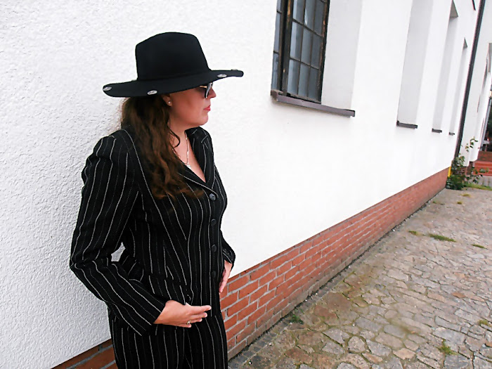 Vintage garnitur w prążki / Vintage pin-striped suit.