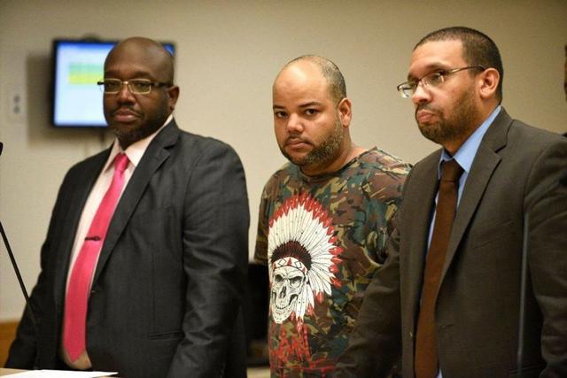 El dominicano Wilson Rojas, junto a su abogado y un intérprete en español