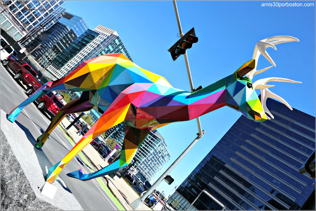 """""""Diversity Wild"""" de  Okuda San Miguel en el Seaport de Boston"""