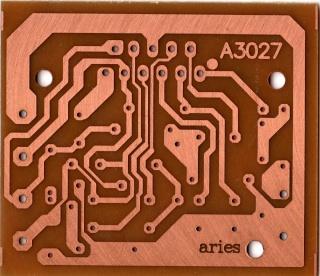 Una placa de PBC con un circuito impreso en un material conductivo, y serigrafia en su otra cara.
