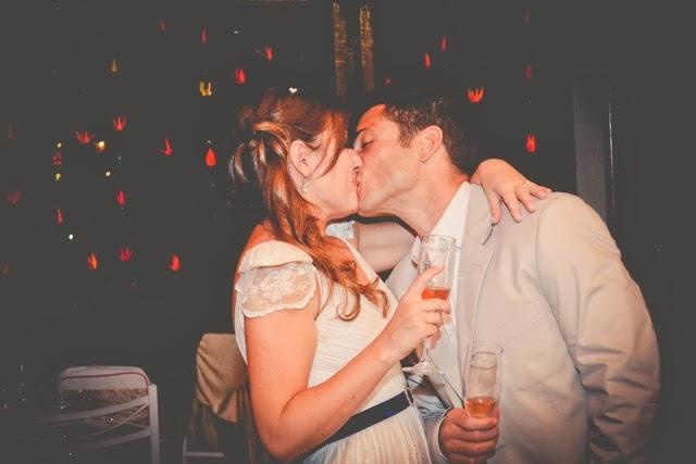 romantico-vintage-noiva-po-arroz-noivos-festa-beijo