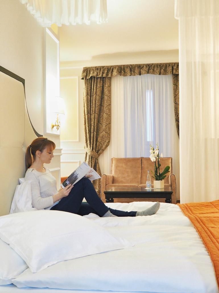 Chambre dans la tour avec lit baldaquin à l'hôtel du Château d'Ouchy à Lausanne en Suisse