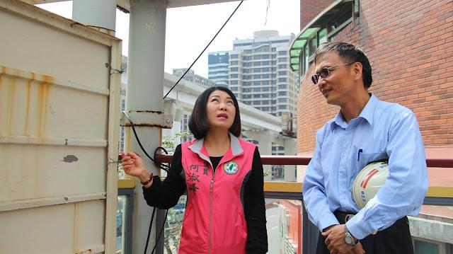 ▲新北市議員何淑峰(左)偕同捷運北工處等單位會勘思源陸橋南側,討論改善陸橋老舊問題。