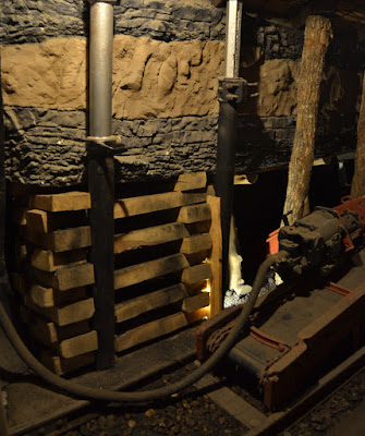 Estemple hidráulico (izda) y de fricción (dcha) expuestos en la mina visitable de barruelo de santullán