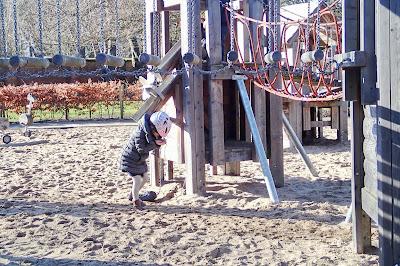 kinderfietshelm bij speeltoestel