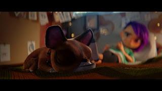 Imagen de la película en la que aparece el perro Momo durmiendo y al fondo Mai