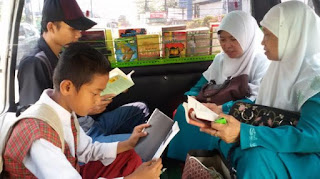 Demi Kejar Pendidikan, Suami-istri Ini Ciptakan Perpustakaan di Angkot