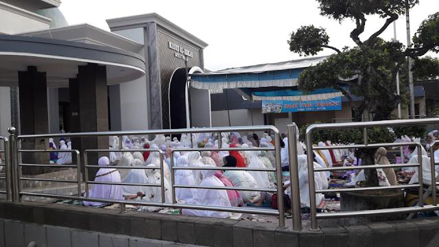 Shalat Berjamaah Dalam Satu Masjid Dua Imam Bersamaan