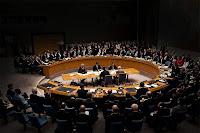 Birleşmiş milletler güvenlik konseyindeki çember şeklindeki büyük masada yapılan toplantı