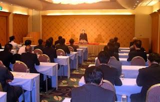 講演会講師・三遊亭楽春の顧客満足講演会の風景。