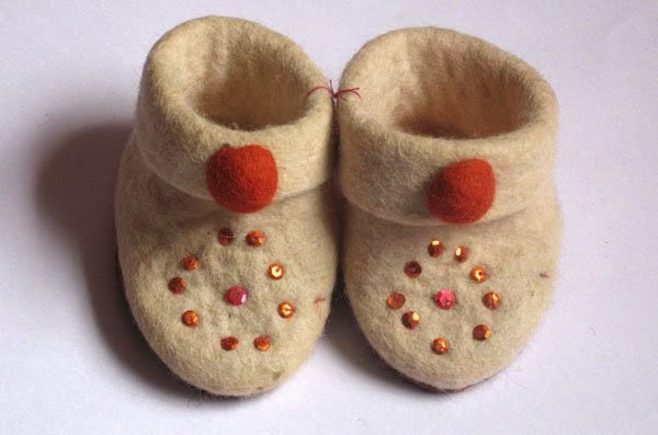 sapatinho de bebê feito de feltro