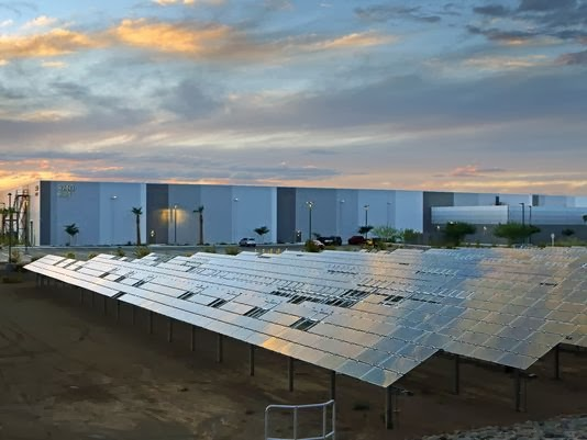 The state of Arizona has announced that the California manufacturer had decided to build a new production plant in Mesa city, Arizona. There are 2000 jobs in the key and Apple will also build a center for production of solar energy to power the unit.