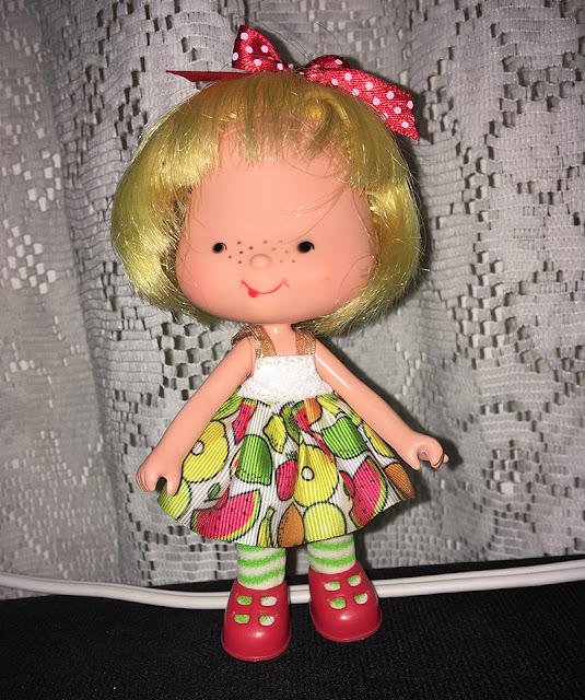 Roupinha customizada para a boneca Cerejinha