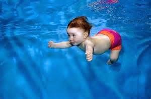 foto bayi lucu sedang berenang