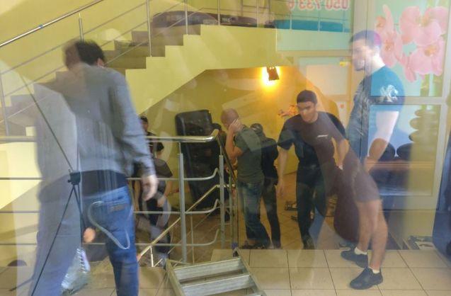 Погром у ТЦ Магелан у Києві: Молодики трощили меблі, охорона їх поливала водою з пожежних рукавів