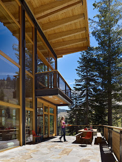 ระเบียงชั้นสองของบ้านครึ่งปูนครึ่งไม้