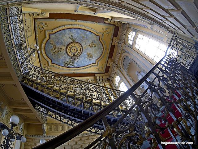 Escadaria e decoração do forro do saguão do Palácio Rio Branco, Salvador, Bahia
