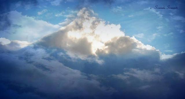 Nuvole che formano una montagna