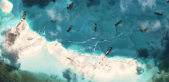 Ilhas Spratly sendo destruídas