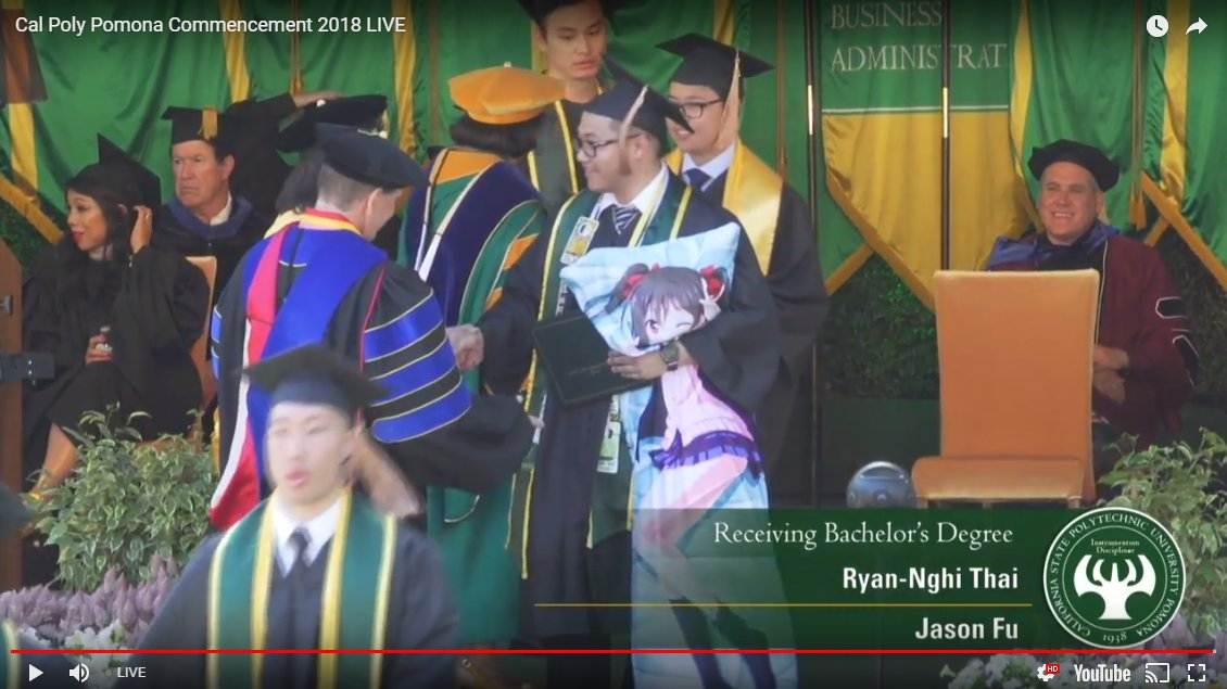 Dakimakura na rozdaniu dyplomów w Cal Poly Pomona