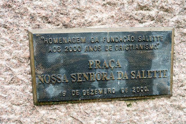Placa junto a estátua da Nossa Senhora de Salette