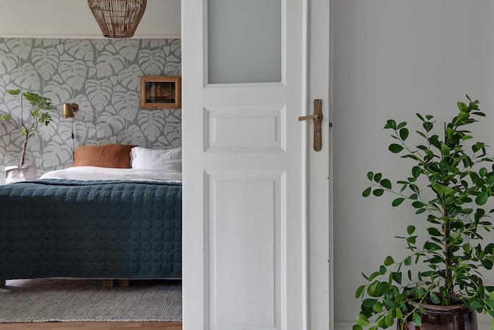 Dormitorio con puerta antigua pintada