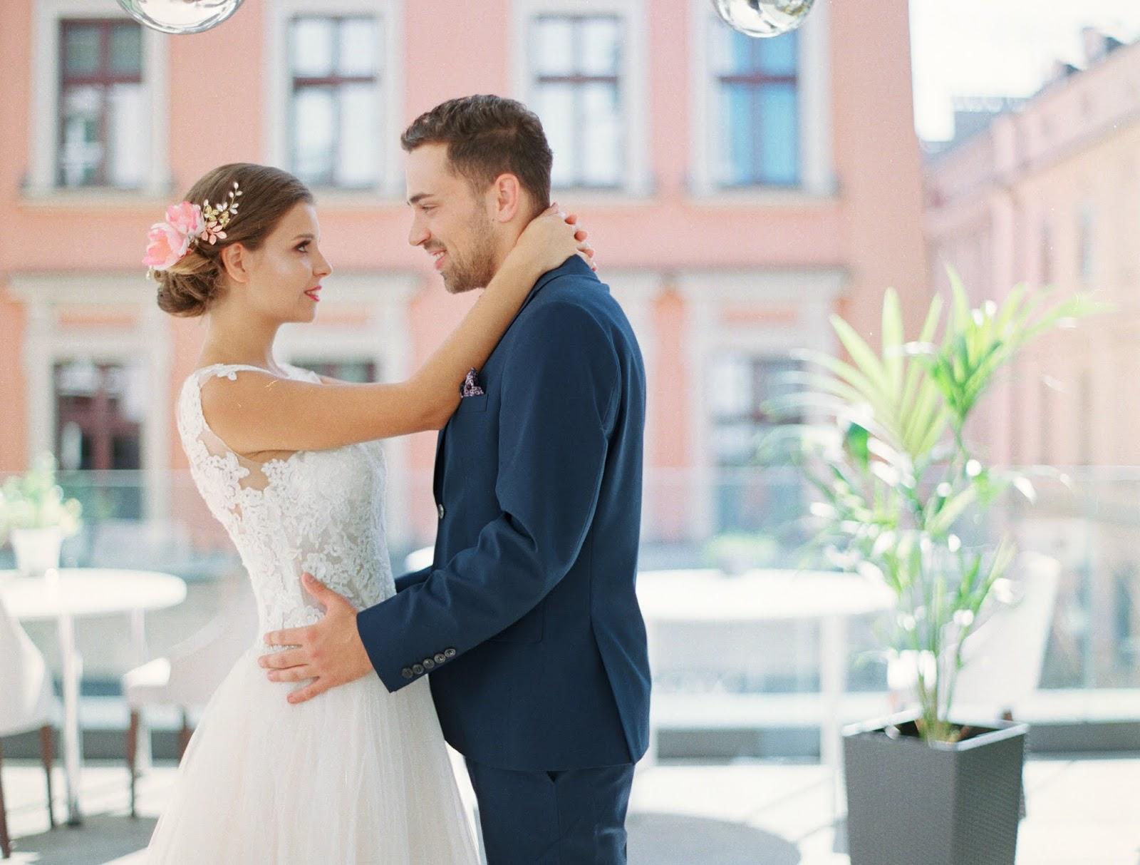 Flamingowy róż na ślubie