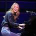 Assista Melissa Benoist cantando 'So Far Away', de Beautiful - The Carole King Musical
