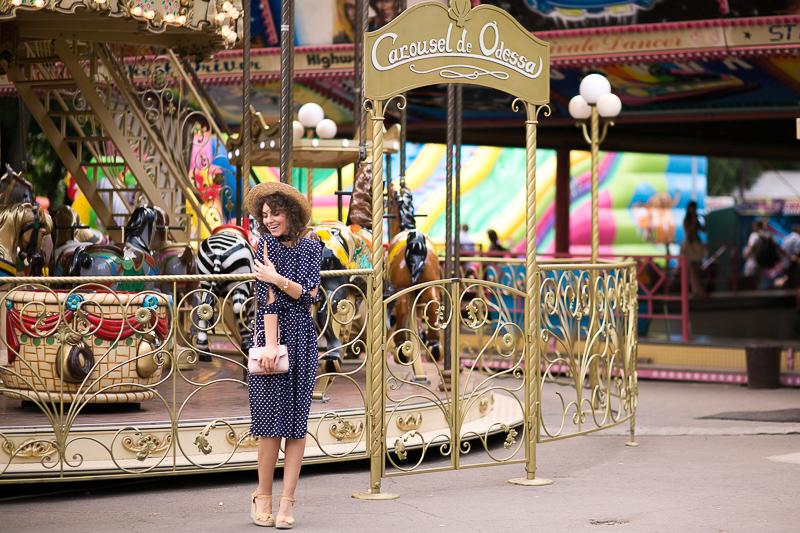 платье в горошек для городского образа