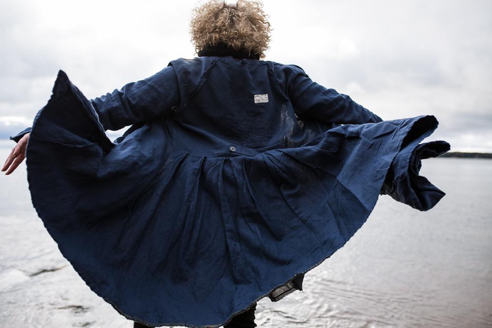 Ewa i Walla, muoti, fashion, sininen, pellava, pellavavaate, pellavatakki, Visualaddict, Frida Steiner, Wynnelis, muoti, naisten muoti, jacket, linen, autumn, fall, beach, Finland, nature