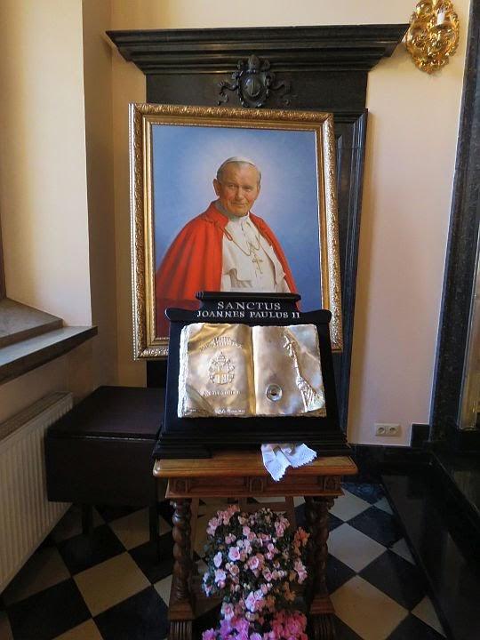 Relikwiarz z ampułką krwi Jana Pawła II.