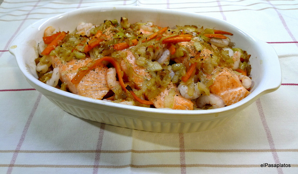 Salmon al horno con gambas y verduras for Cocinar gambas al horno
