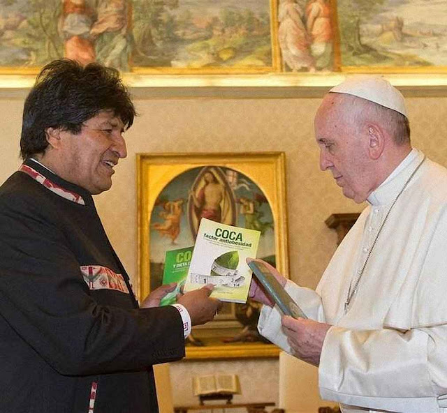 'Hermano Papa, se la recomiendo, así va aguantar toda la vida'. Evo Morales foi se queixar dos bispos que criticam o narcotráfico instalado no Estado