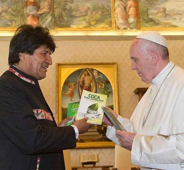 O Papa Francisco I recebe do presidente boliviano Evo Morales livros com apologia da coca.