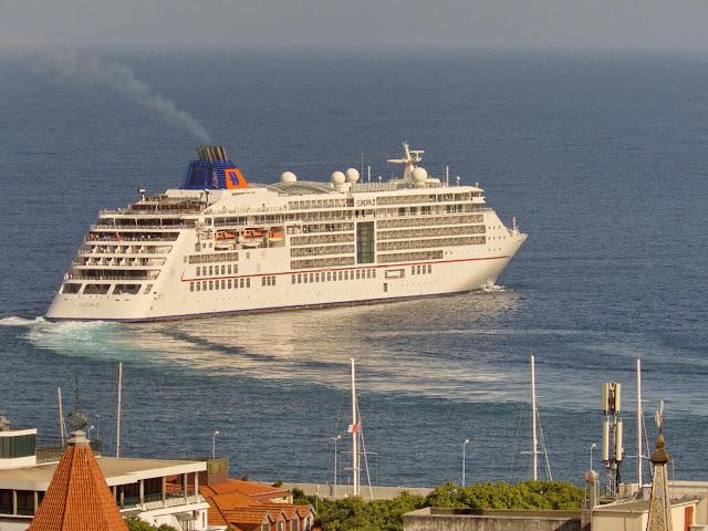 Europa 2 deixa o porto com reflexos e mar calmo