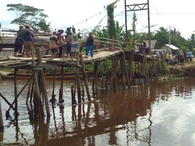 Warga Desa Jadi Mulya Swadaya Perbaiki Jembatan