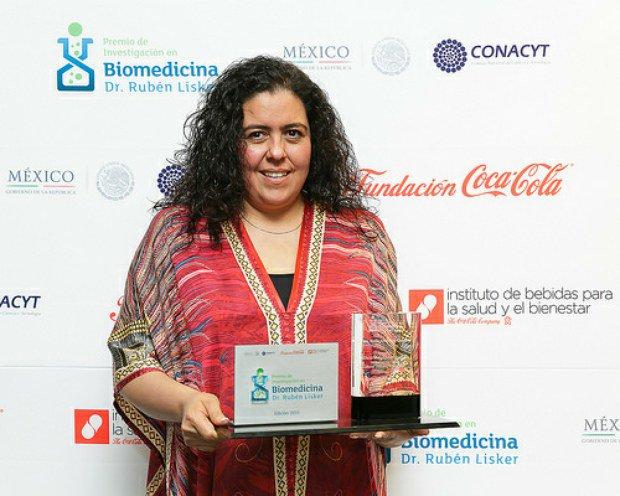Mexicana premiada encontró cómo eliminar células de leucemia, pero no es famosa, porque sus hermanos mexicanos casi no lo comparten