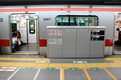 puerta de entrada a vagón y anden en Tokyo