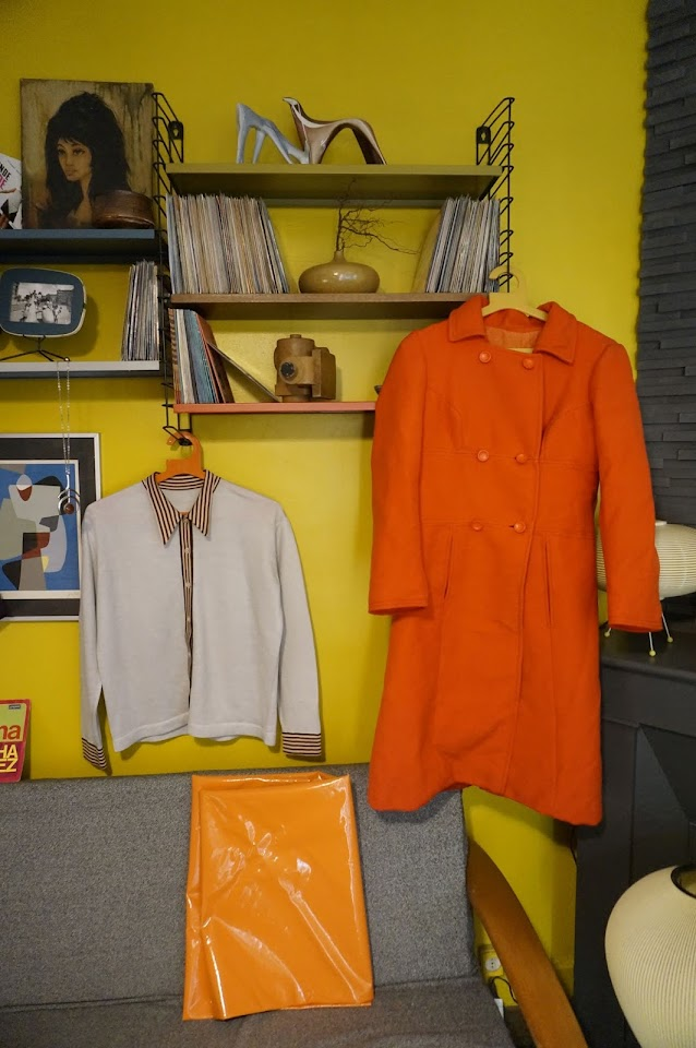 Un manteau orange des années 60 , de la marque SportJeune ,   mod cardigan 60s , du vinyl orange coat