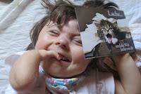 Annika lacht gern und sammelt Postkarten.