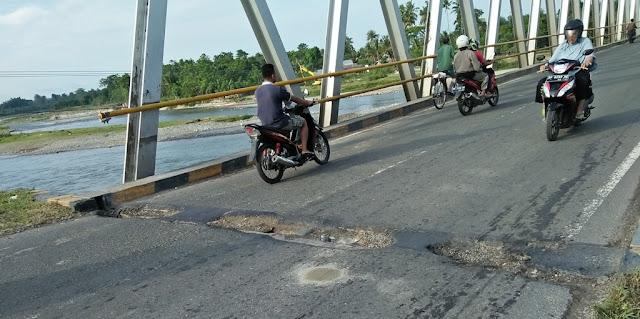 FOTO: Hati-hati di Jembatan Terpanjang Lutra Ini