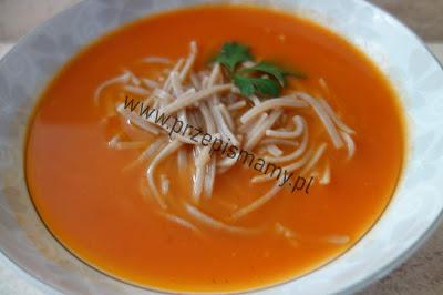 Zupa pomidorowa z makaronem razowym