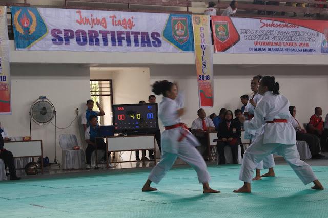 Atlet Karate Asahan saat berlaga di Porwilsu Wilyaha II di gedung Serbaguna Kisaran.