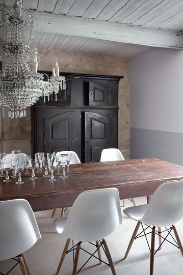 Rustic-Dining-room-crystal-chandelier-Eames-Chairs-photo-via-Cote-Maison