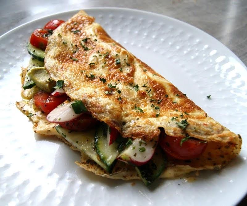 Keto sałatki i omlet z warzywami