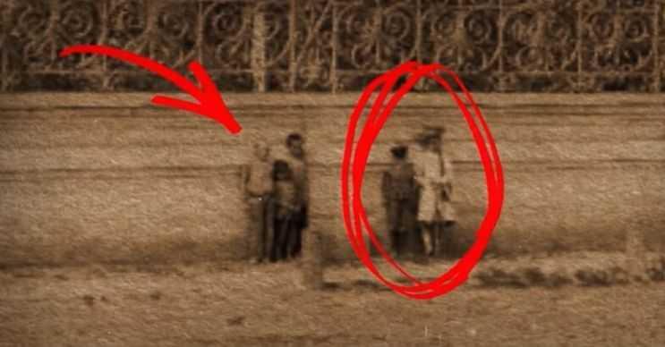 Hayalet kızın bu fotoğrafında yanında başka çocuklarında olduğu görülüyor.