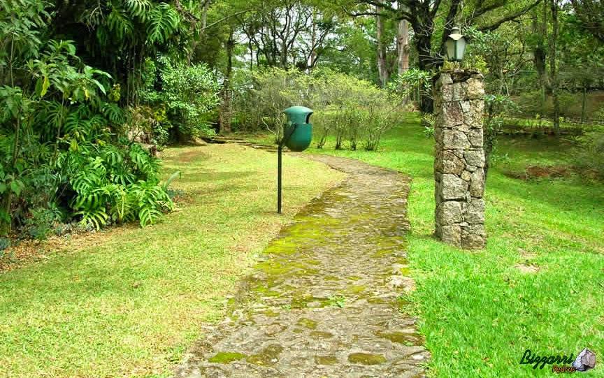 Para caminhar no parque nesse bosque executamos o caminho com pedra moledo, os pilares de pedra para o lampião com execução do paisagismo natural.
