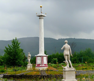 Замок Сент-Міклош. Пам'ятник Мечу